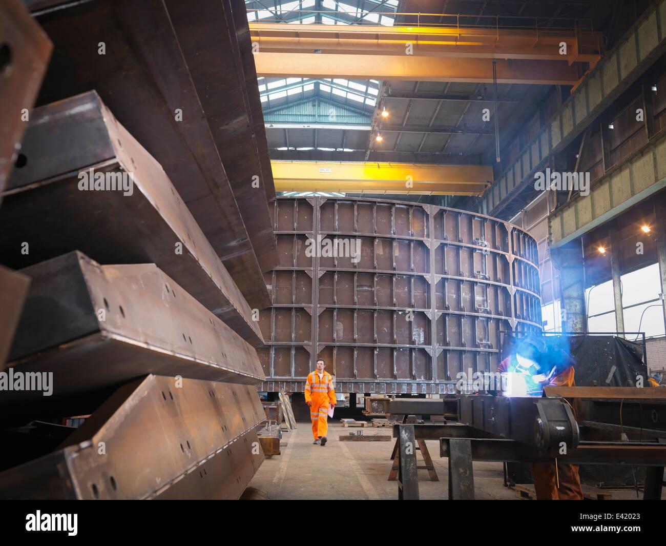 Engenheiro na fábrica de fabricação marinho Imagens de Stock