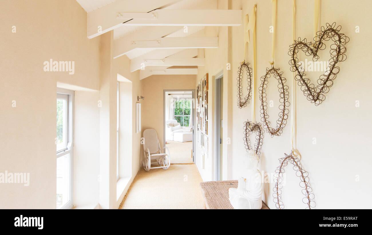 Parede decorativos cortinas em casa rústica Imagens de Stock