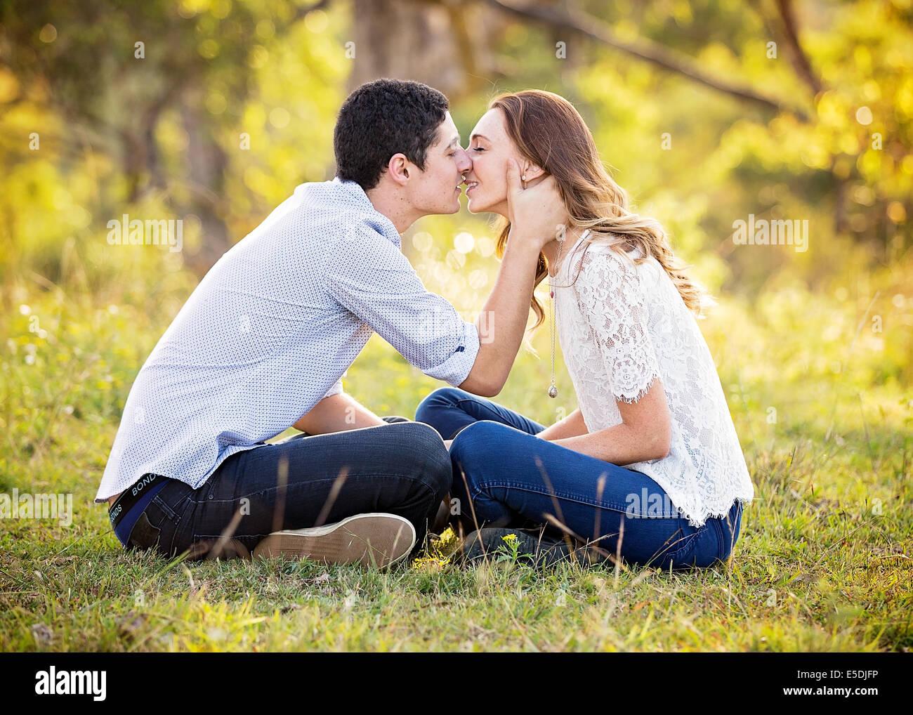 Um jovem casal sobre a kiss Imagens de Stock