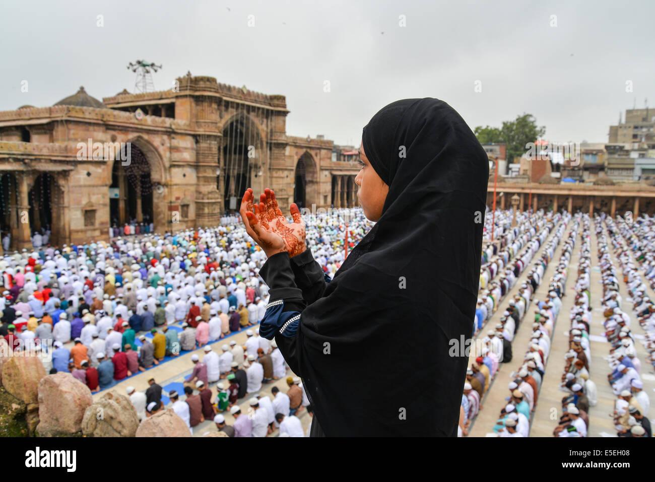 Ahmedabad, Índia. 29 de Julho, 2014. Os muçulmanos celebram o Eid al-Fitr que marca o fim do mês Imagens de Stock