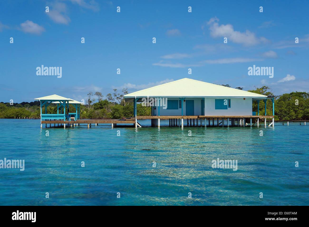 Caribe casa sobre palafitas sobre a gua panam am rica - Casas en el mar ...