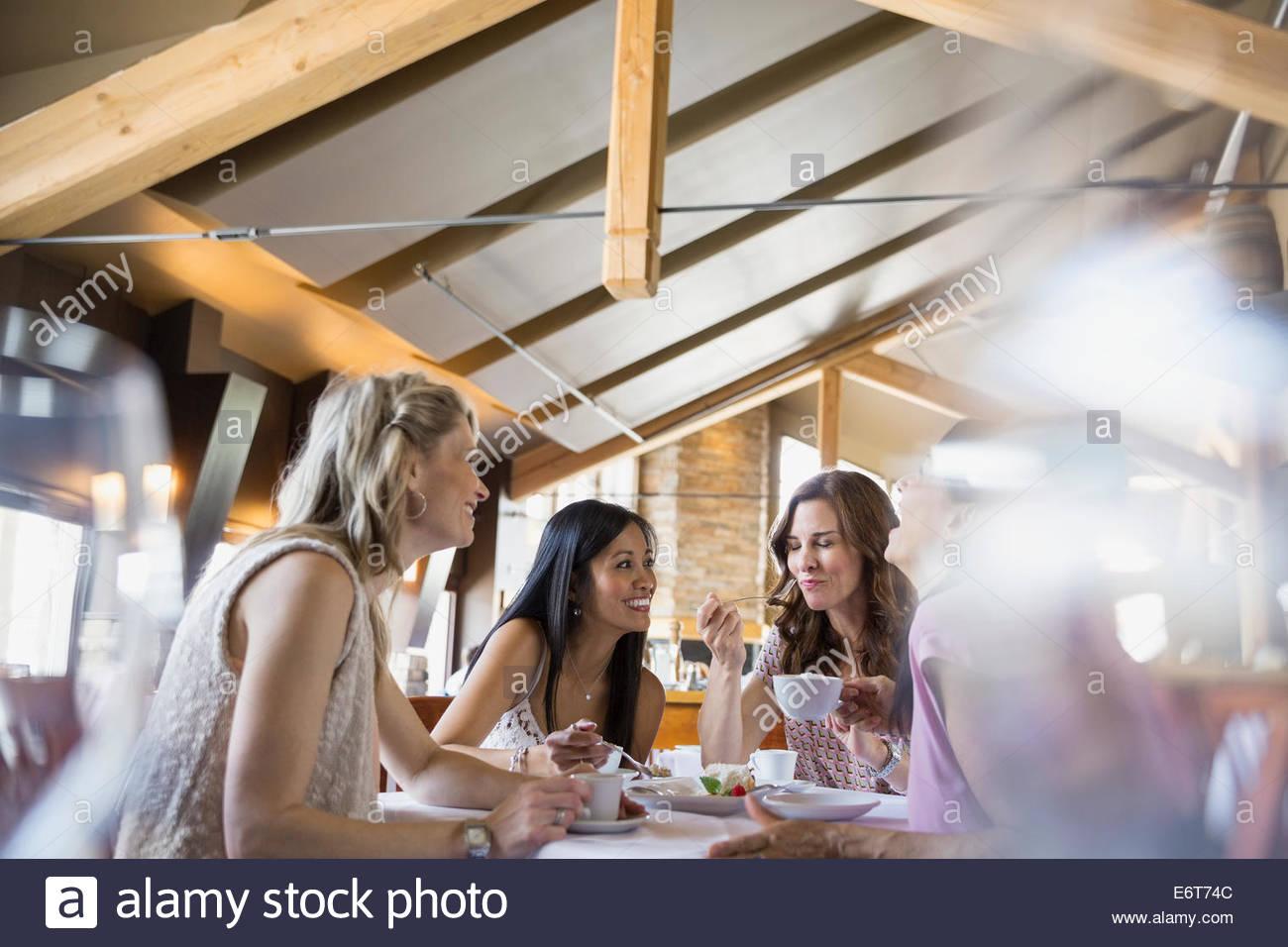 Mulheres comer juntos no restaurante Imagens de Stock