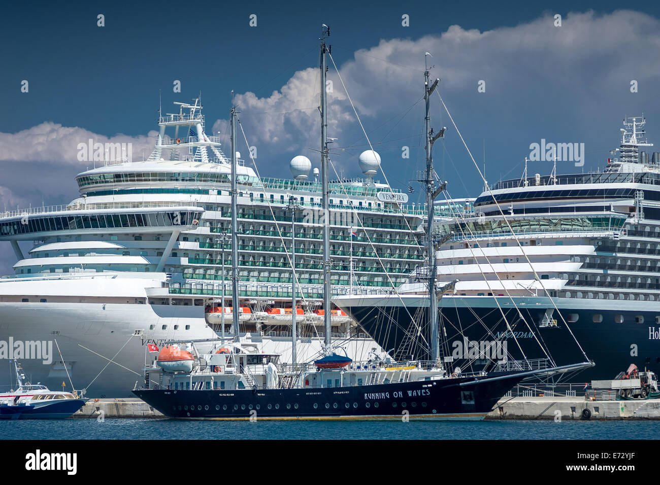 Os navios de cruzeiro Porta Corfu Os