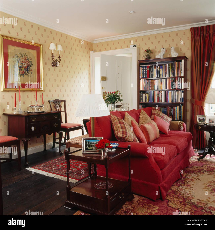 Sof Vermelho Com Almofadas Empilhados Pa S Sala De Estar Com Papel  -> Papel De Parede Para Sala Com Sofa Vermelho