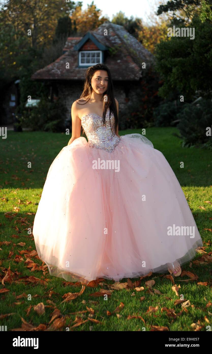 Uma adolescente usa um vestido rosa estilo princess prom de casaco ...