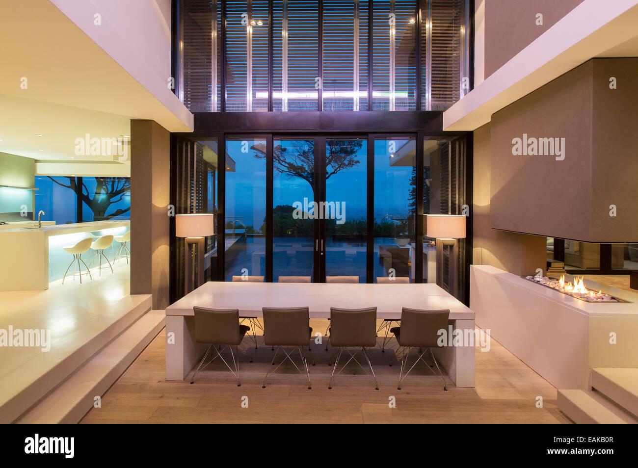 Moderna Sala De Jantar Com Lareira E Cozinha Noite Foto Imagem De