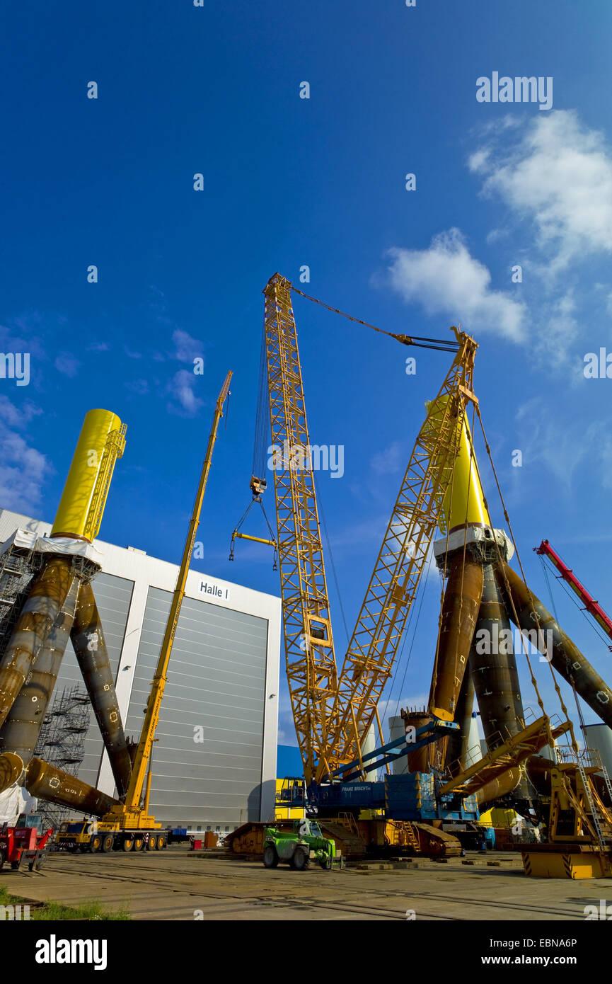 Fabricação de tripés para turbinas de vento, Alemanha, Bremerhaven Imagens de Stock