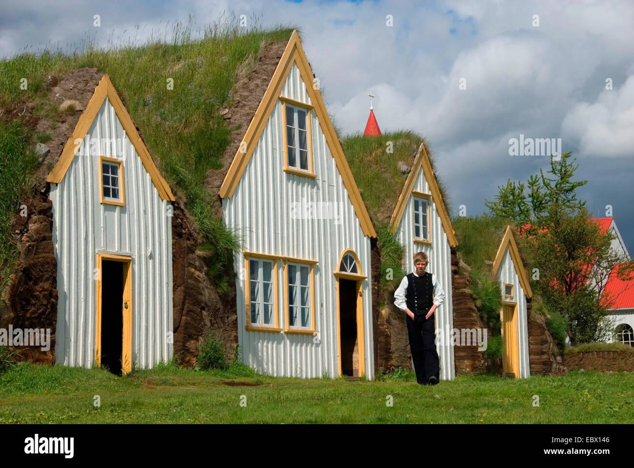 Junge em trajes tradicionais casas de turfa com telhados de grama em museus ao ar livre Glaumbaer, Islândia Imagens de Stock