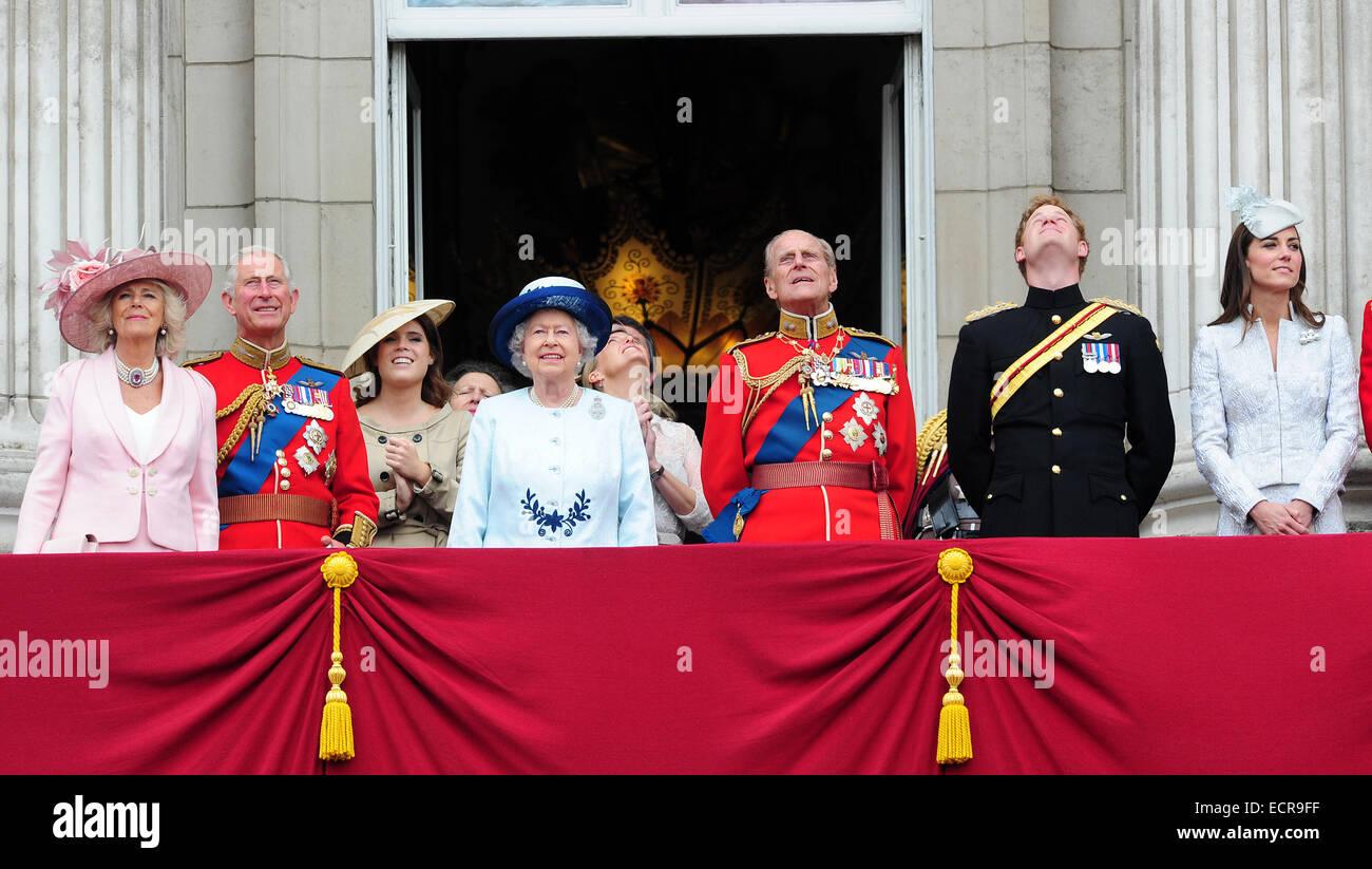 Os membros da família real britânica são vistos desfrutando a Trooping Celebrações da cor Imagens de Stock