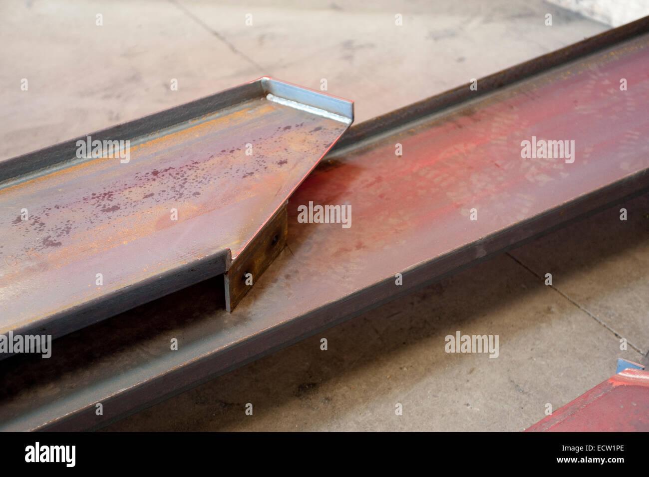 Escada de aço longarinas em uma loja de fabricação de metais diversos. Imagens de Stock