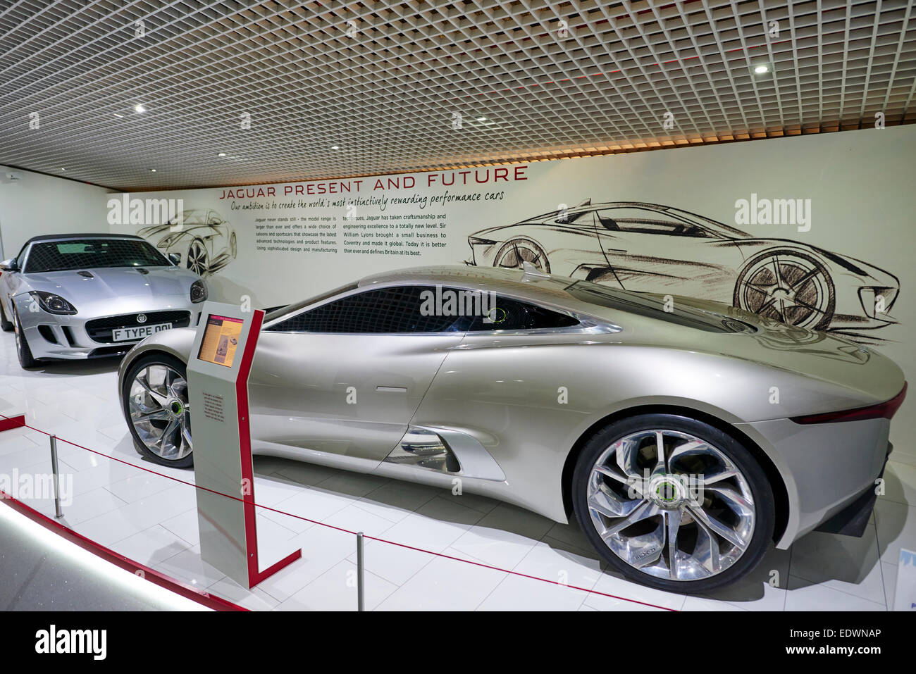 O Jaguar Concept Car Display No Museu Dos Transportes De Coventry UK
