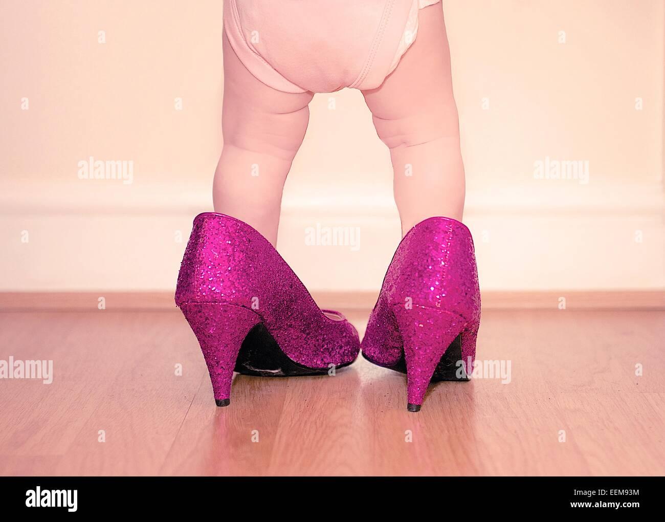 O calçado para criança vestindo mãe Imagens de Stock