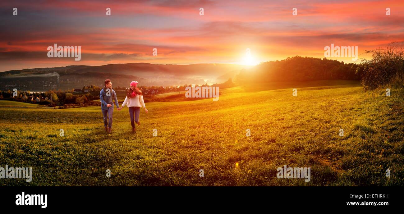 Amar casal segurando as mãos a trabalhar no campo. bela paisagem Imagens de Stock