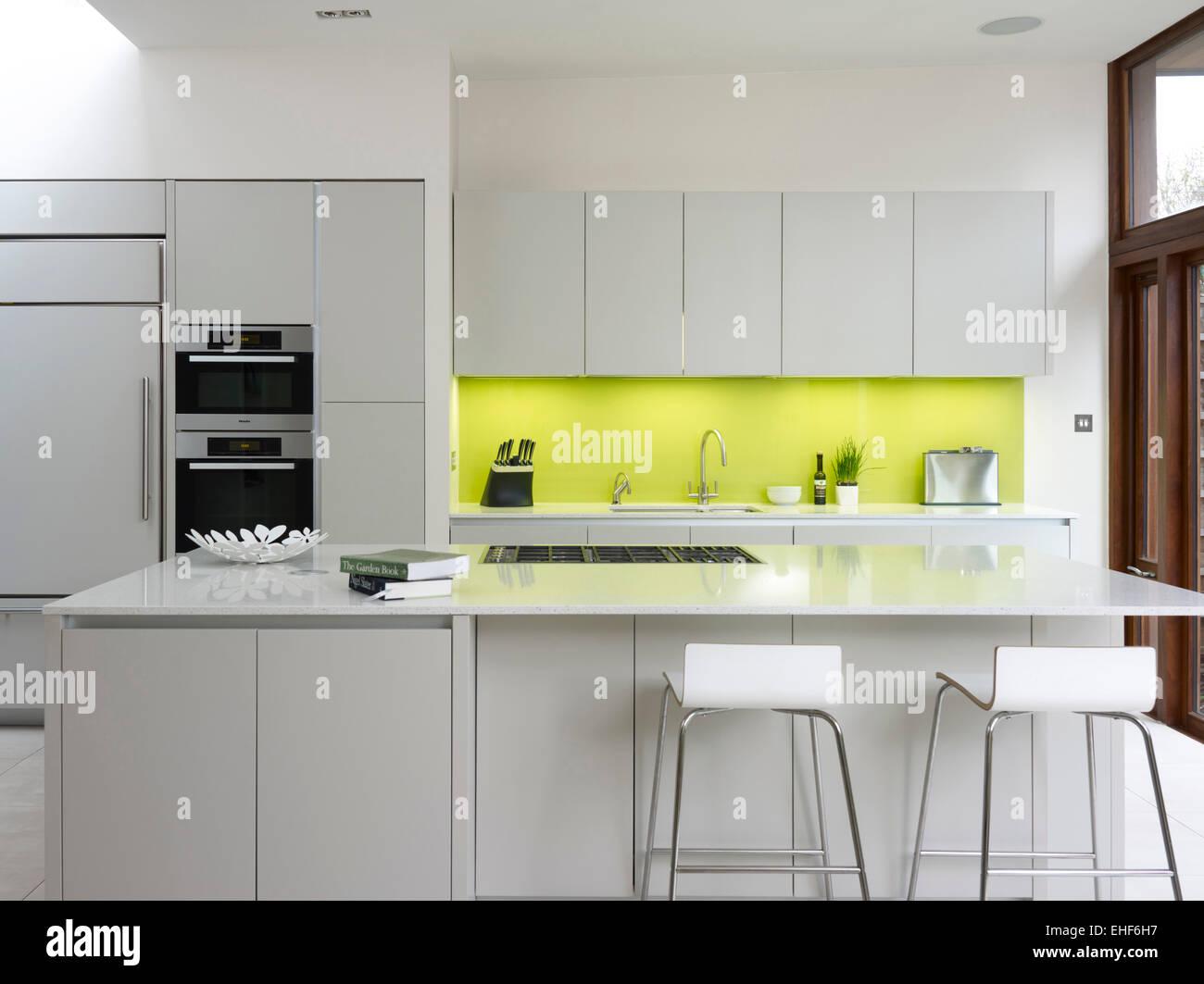 Painel Contra Salpicos De Cor Lim O Na Cozinha Moderna Com Forno De