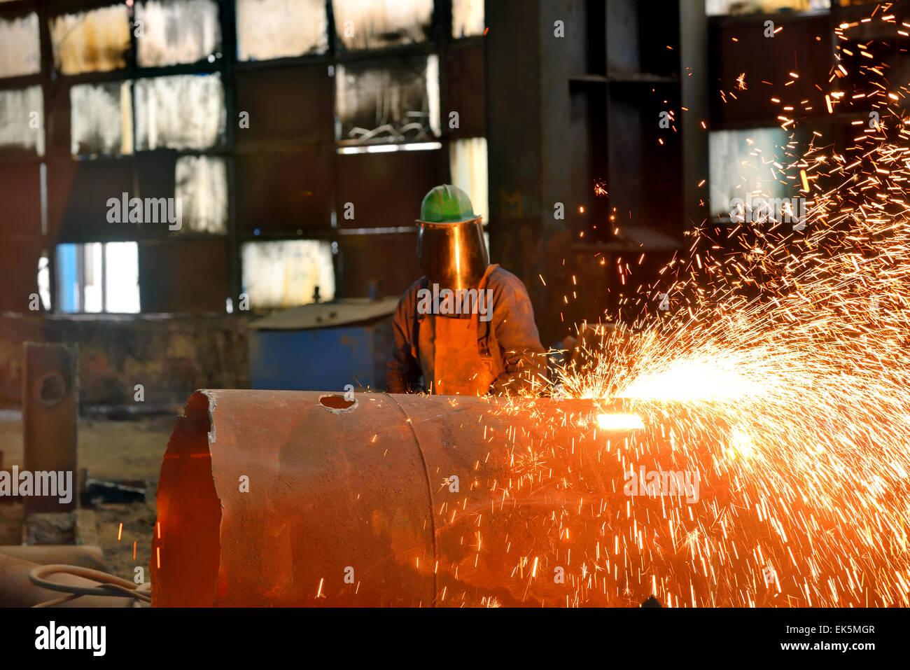 Soldador maçarico dentro da fábrica usa Imagens de Stock