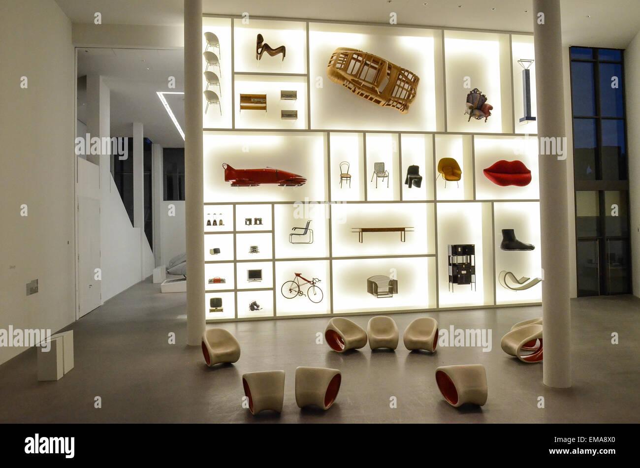 A Entrada Para O Pinakothek Der Moderne Museu Internacional De Design Em  Munique Imagens De Stock