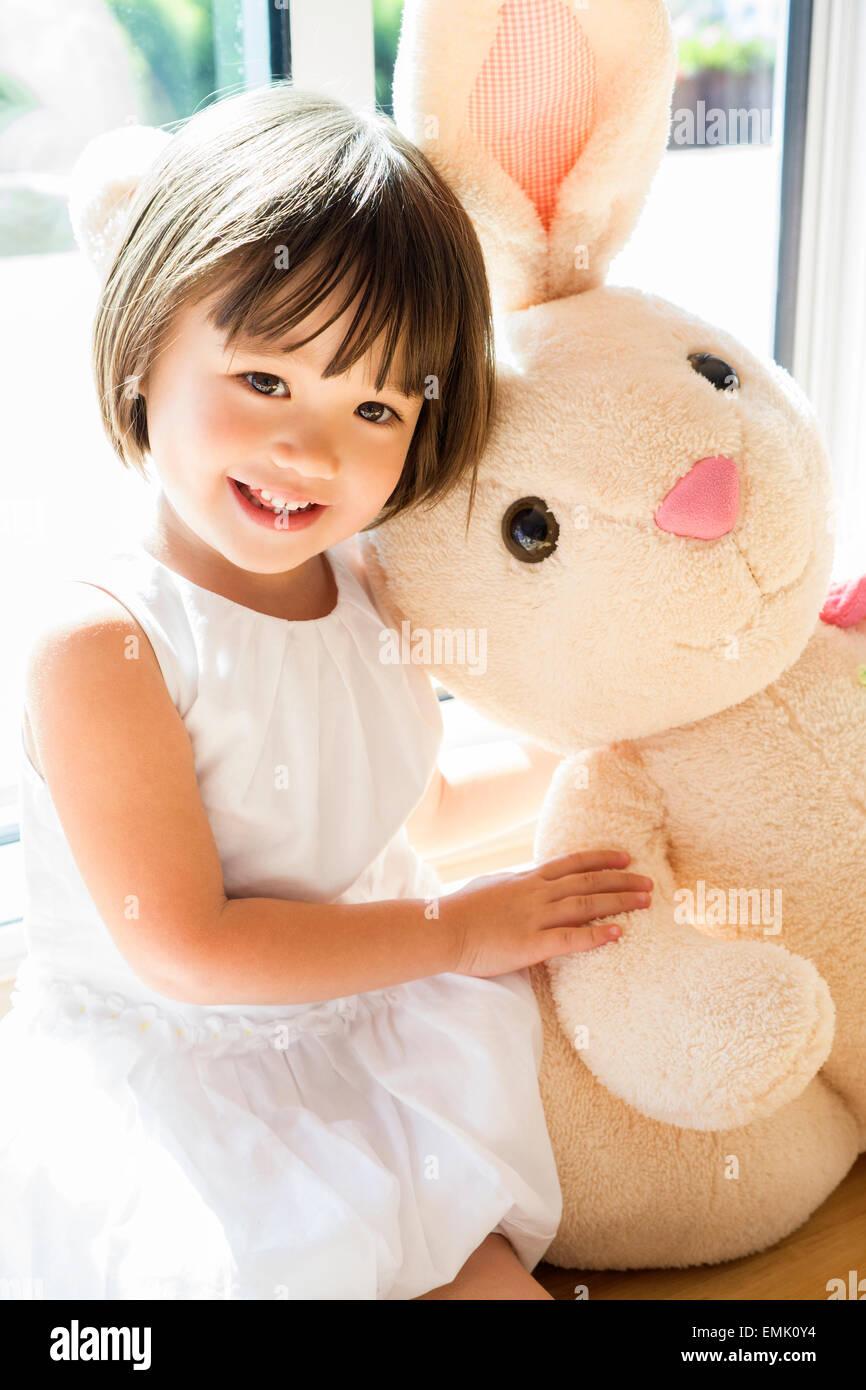 Doce menina para bebês com ela o coelhinho da Páscoa Imagens de Stock
