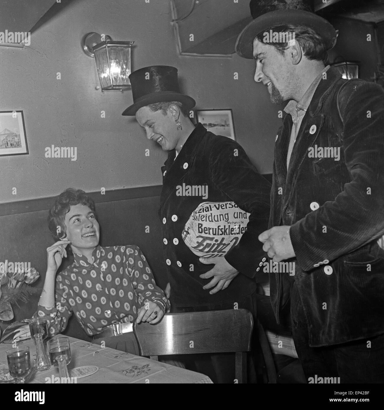 Schlagersängerin trifft Deutsche Melitta Berg em einer Bar em Hamburg auf zwei Schornsteinfeger, Deutschland Imagens de Stock