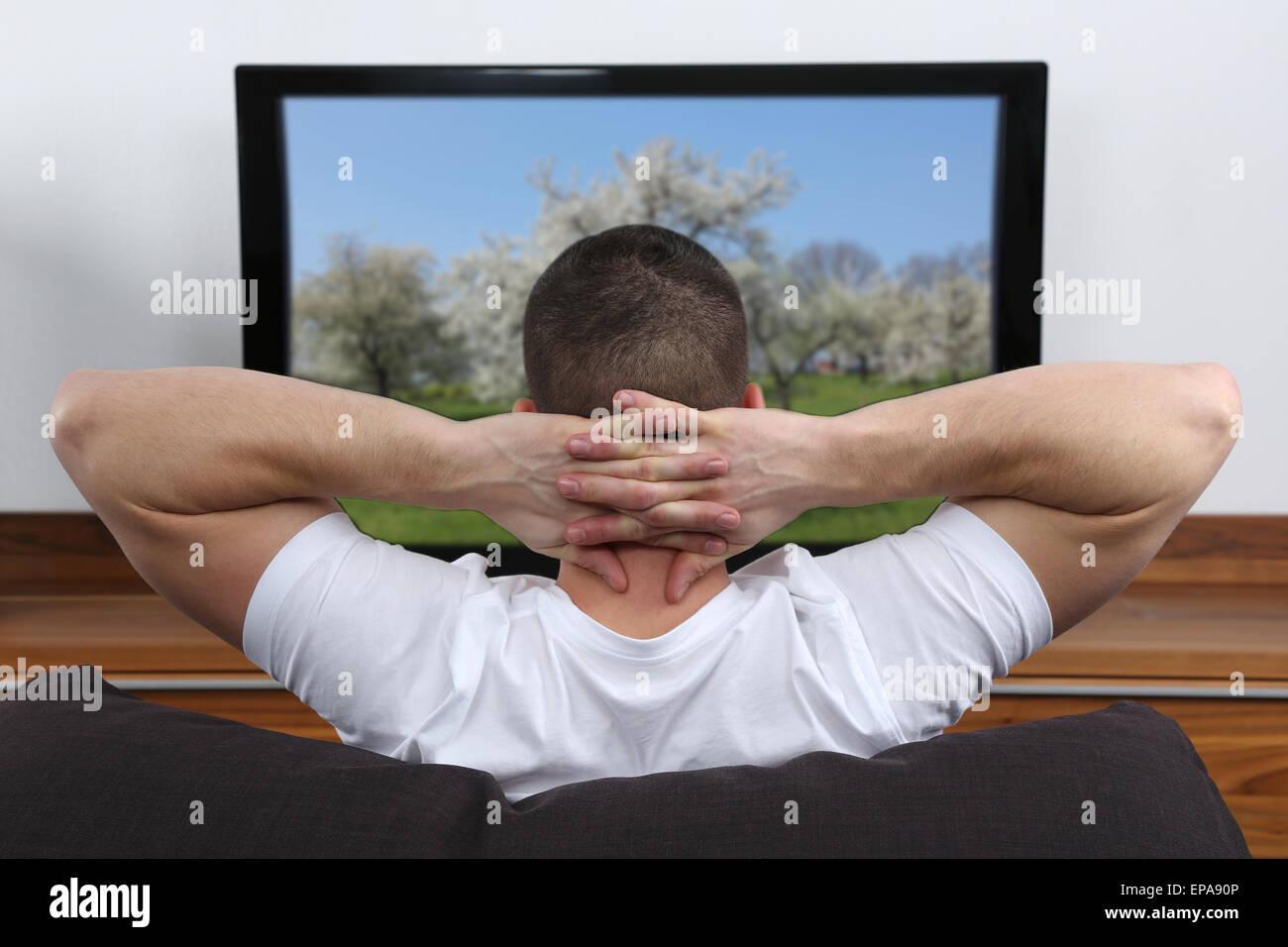 Junger Mann schaut fernsehen Imagens de Stock