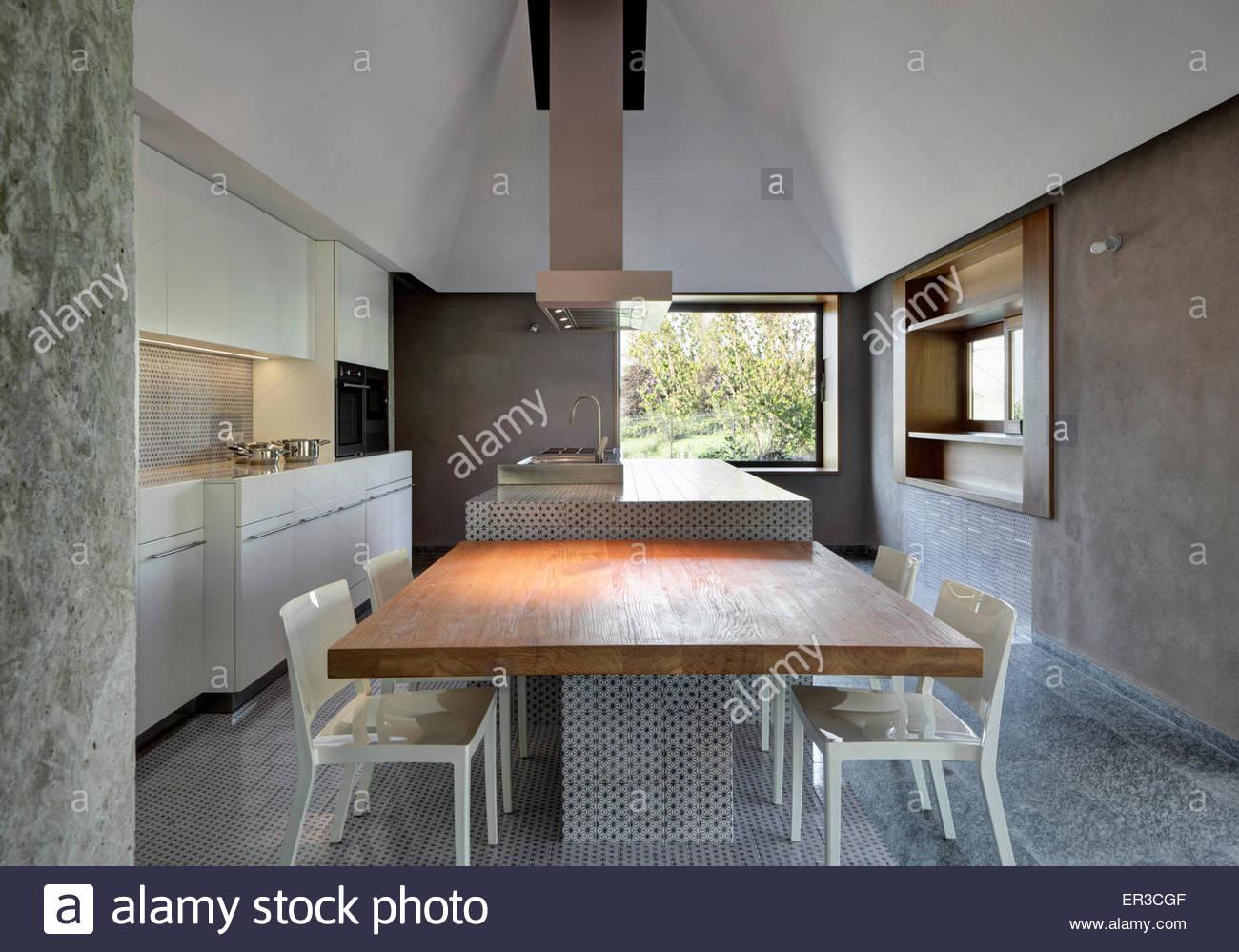Mesa De Cozinha E Cadeiras Com Unidade De Ilha E O Extrator No