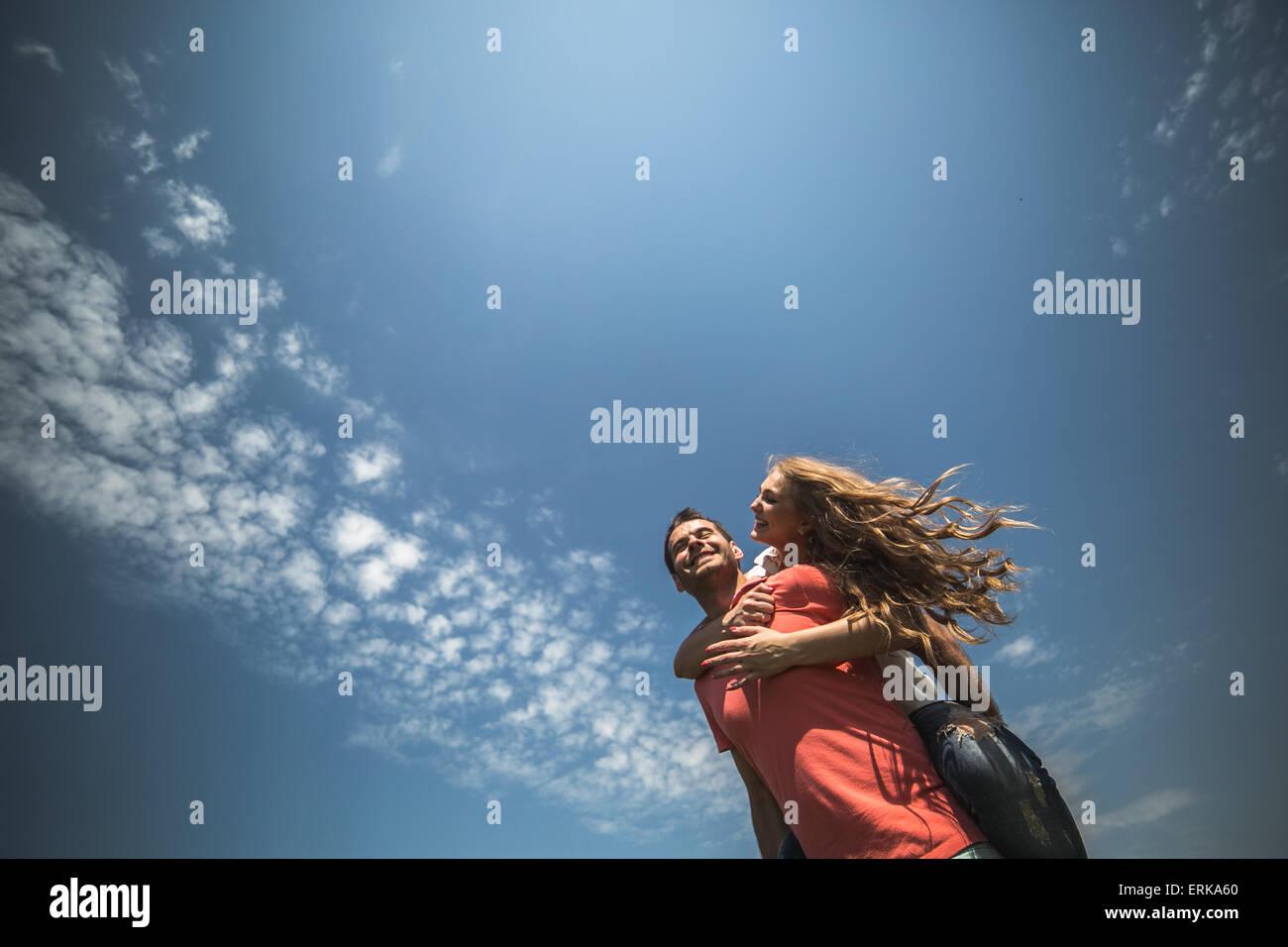 Casal abraços Imagens de Stock