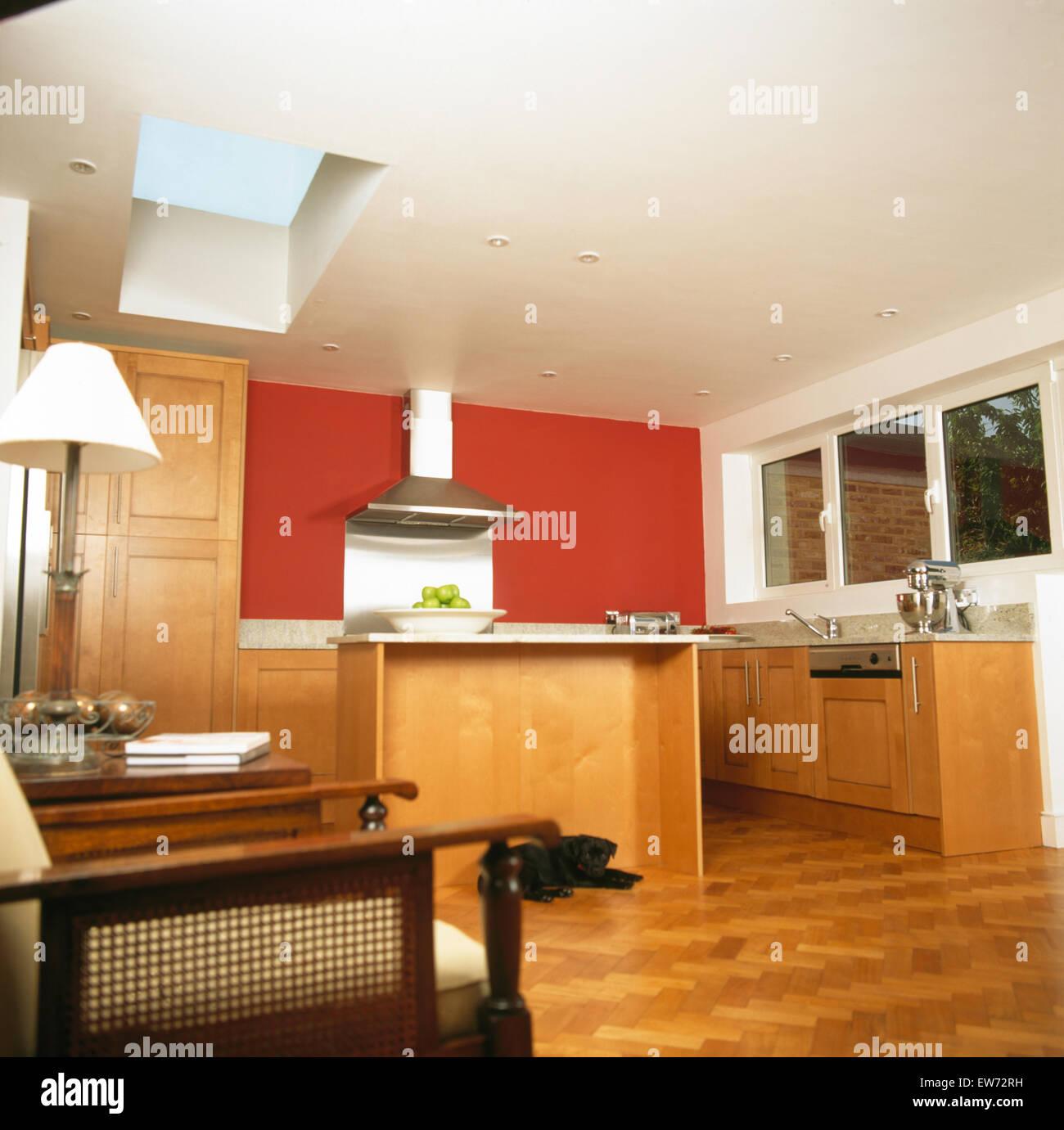 Ch O Em Parquet Na Cozinha Moderna Extens O Com Parede Vermelha E
