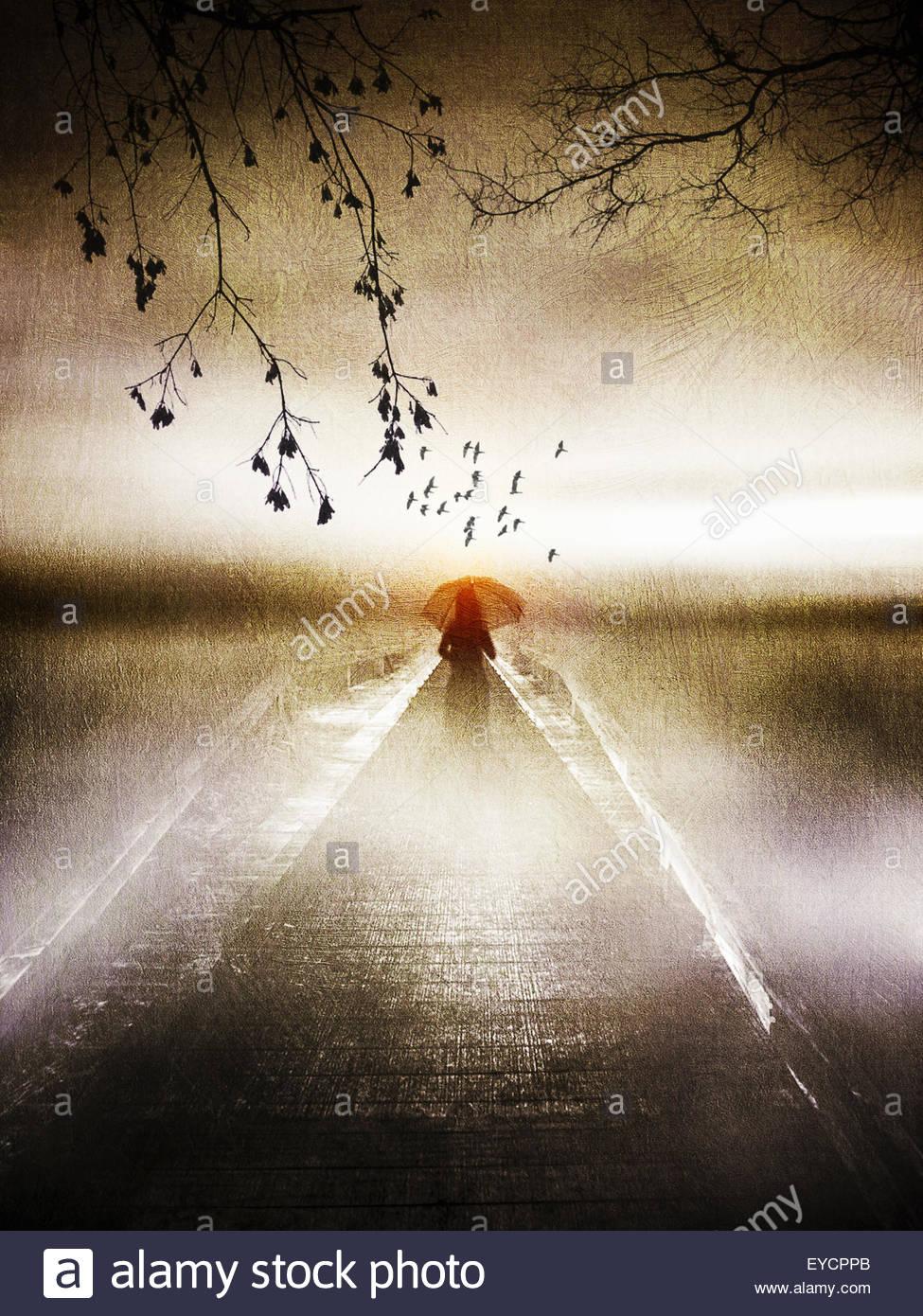 Mulher solitária com vermelho guarda-sol no cais atmosférica Imagens de Stock
