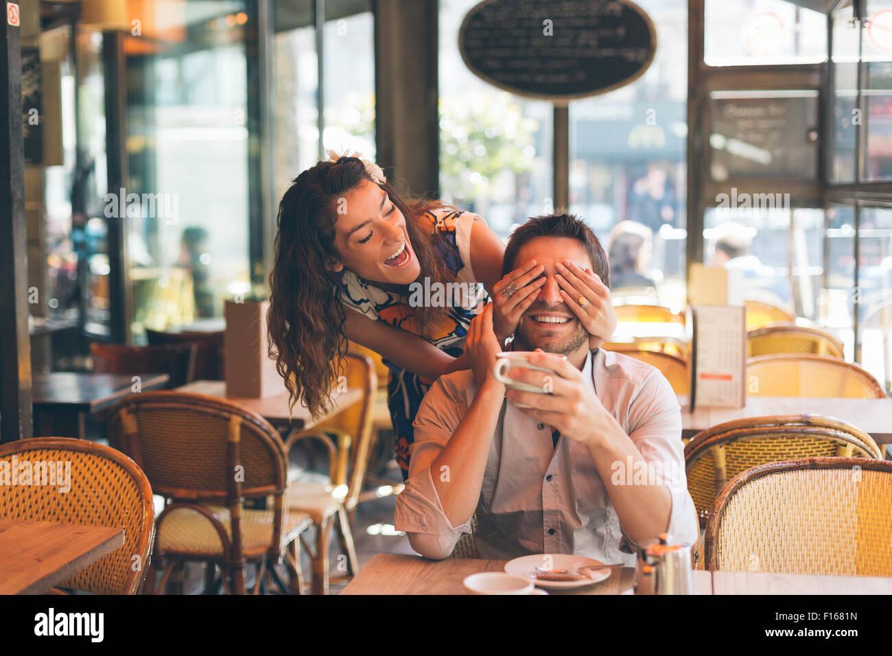Casal namoro em Cafe, Paris Imagens de Stock