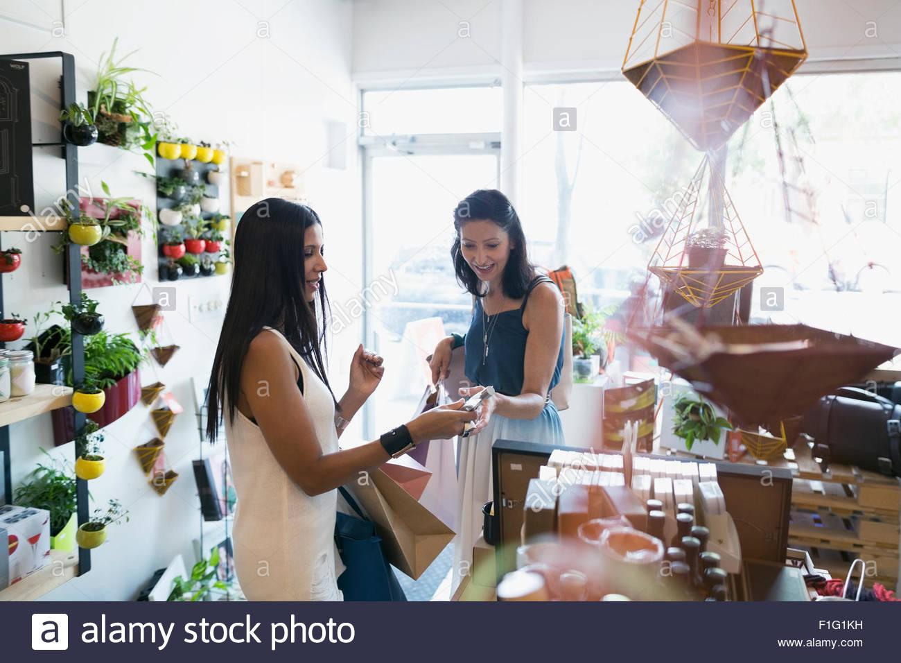 Mulheres de compras na loja de utensílios domésticos Imagens de Stock