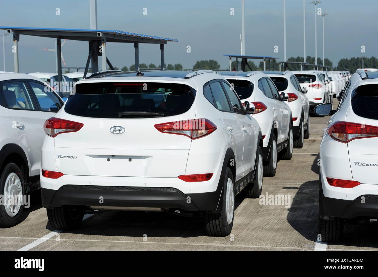 Novos Carros Feitos Pelo Fabricante De Automóveis Coreano Hyundai  Aguardando Para Ser Enviados Com O Carro Terminal Marítimo De Bremerhaven,  Alemanha, ...