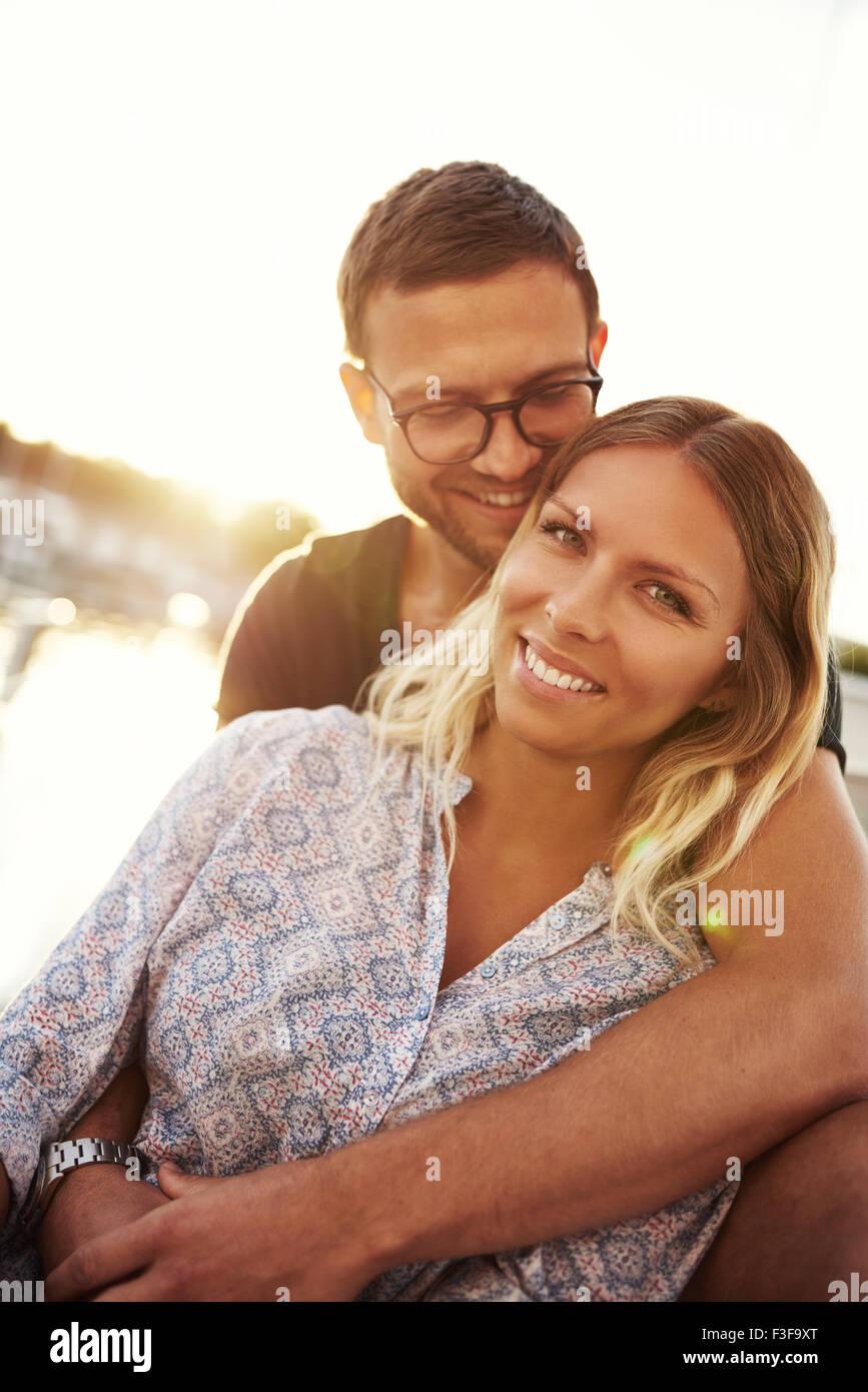 Close-up, o homem e a mulher no amor pela água Imagens de Stock