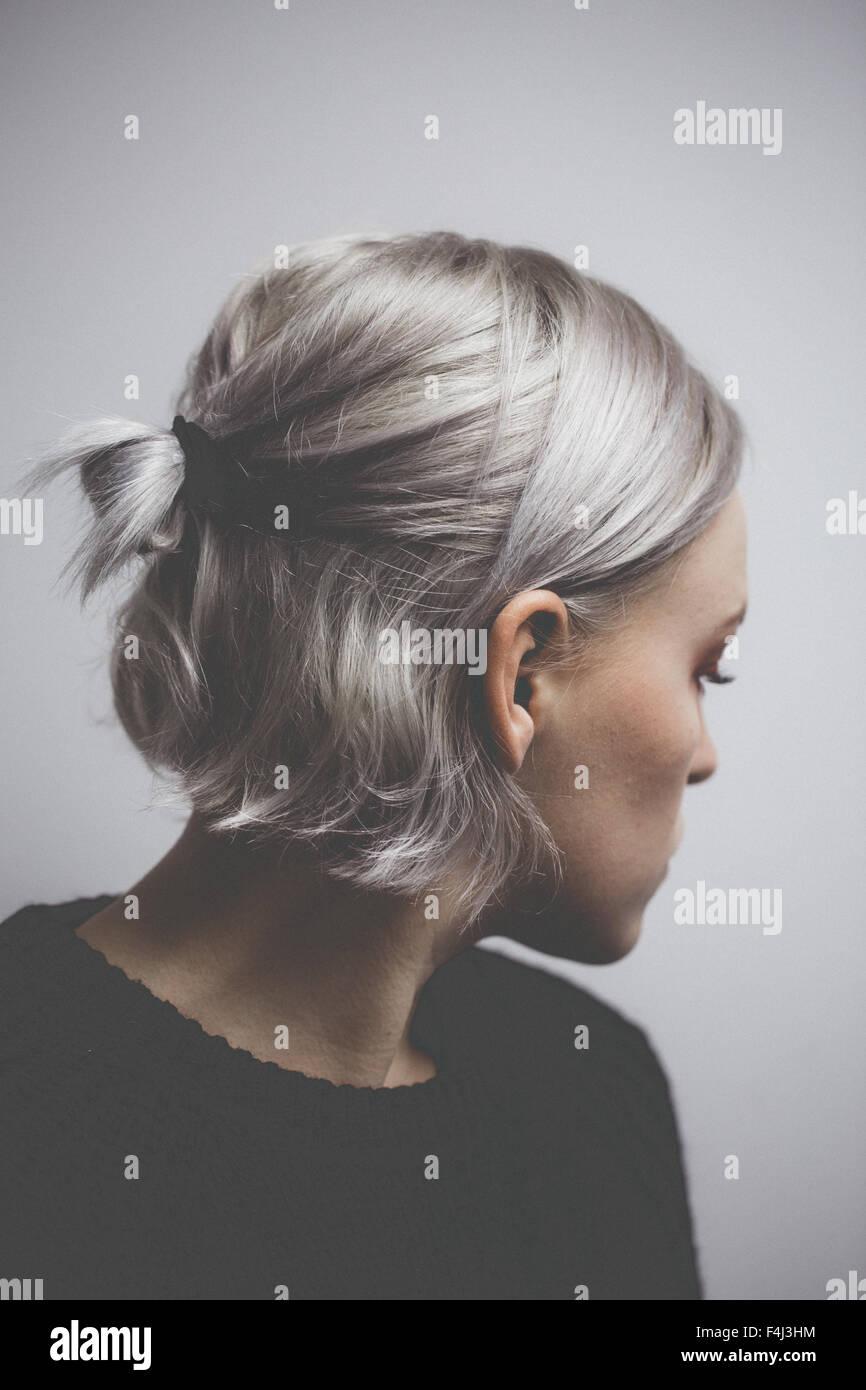 Hipster contemporâneo menina com cabelo cinzento prateado Imagens de Stock