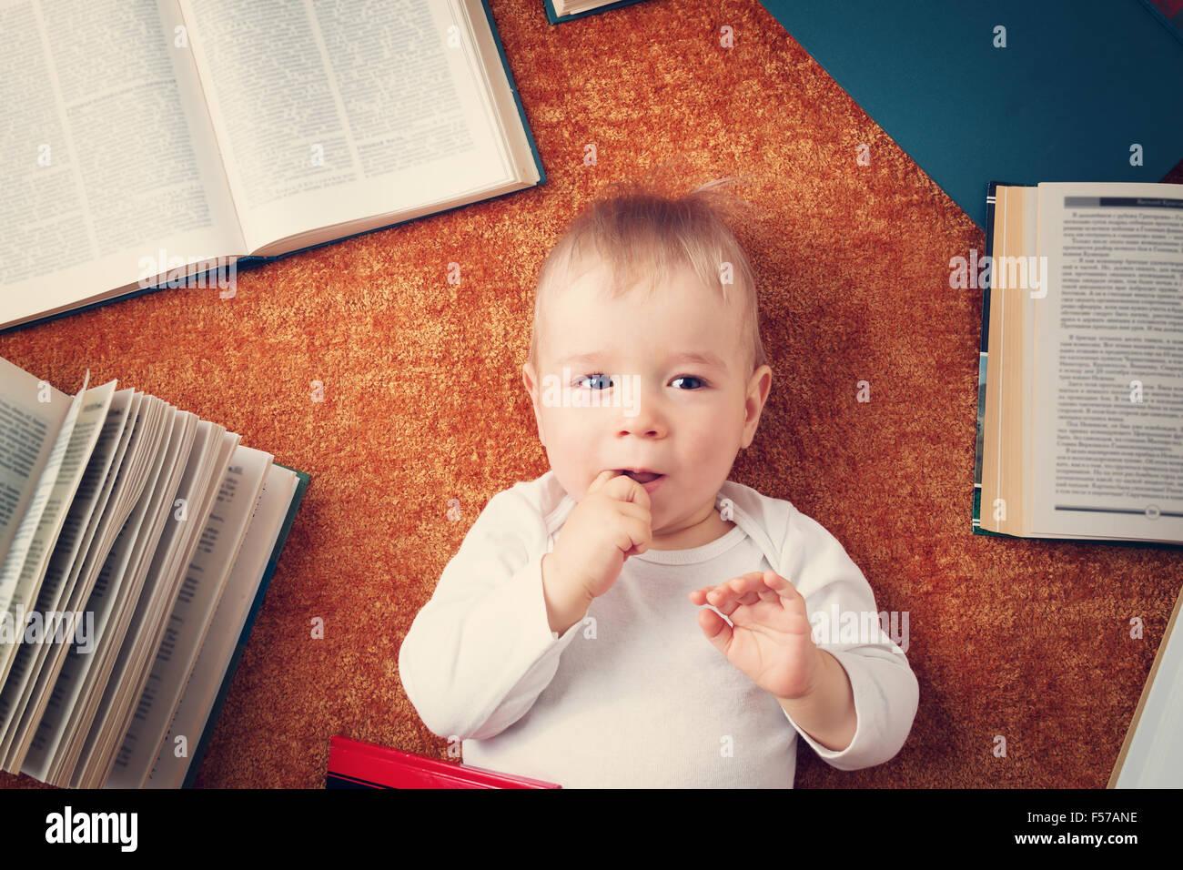 Um ano de idade bebé com livros Imagens de Stock