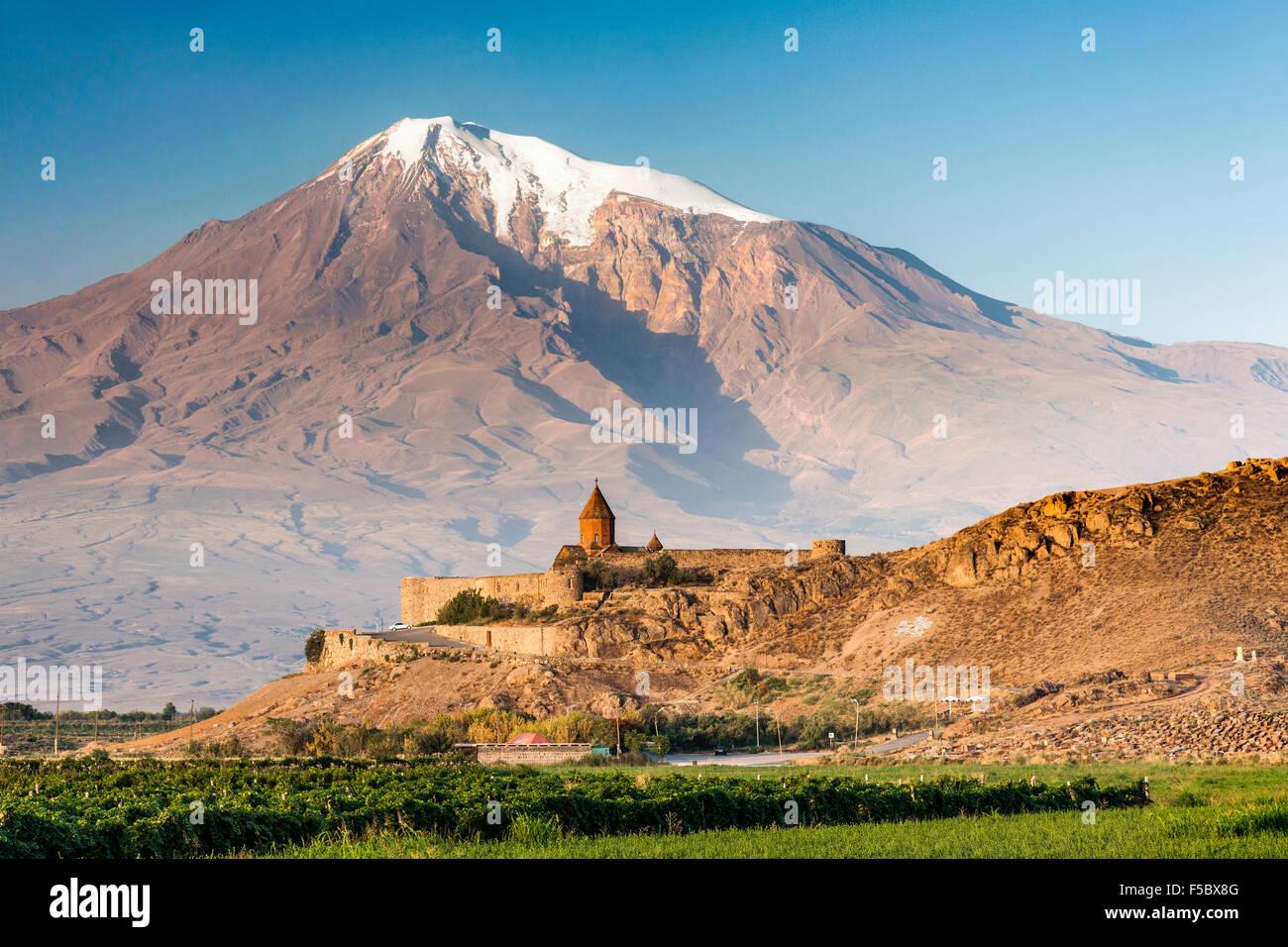O mosteiro de Khor Virap na Arménia e no Monte Ararat na Turquia. Imagens de Stock