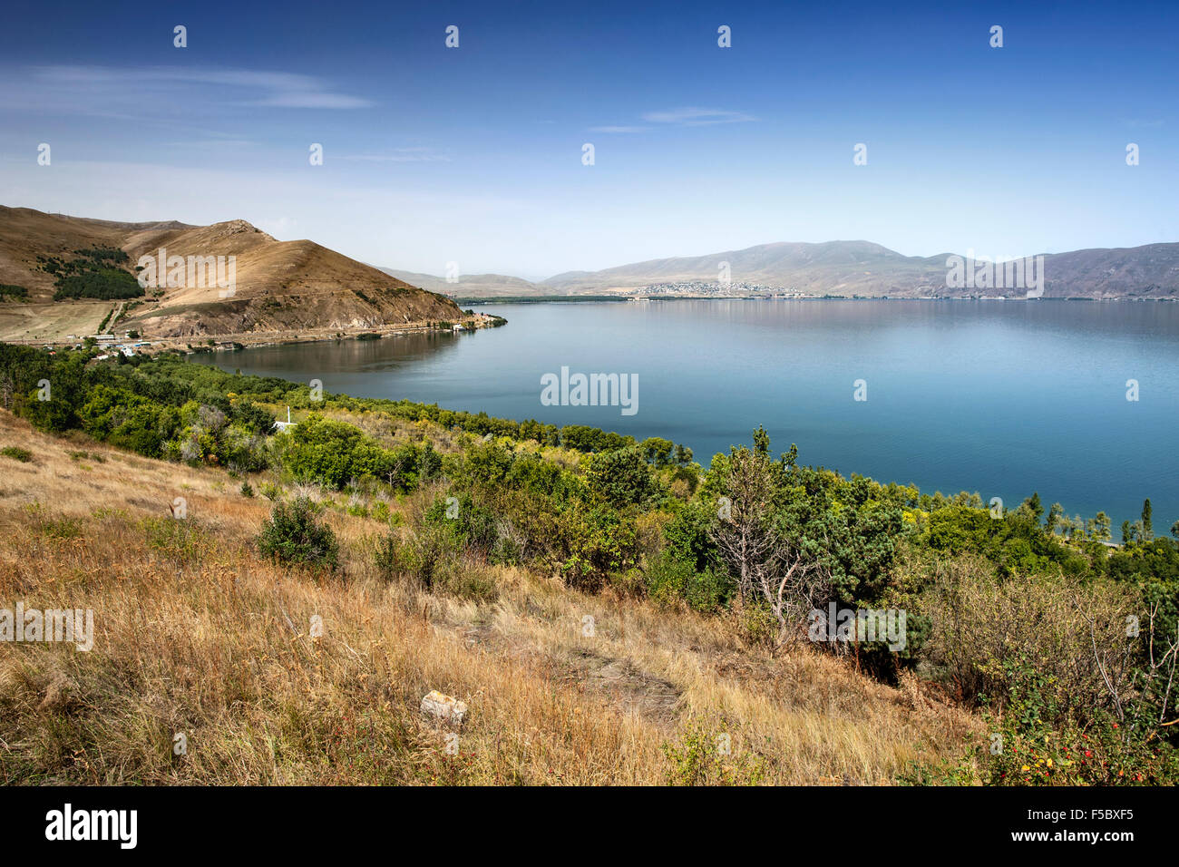 O Lago Sevan visto de Sevanavank mosteiro na província de Gegharkunik da Arménia Imagens de Stock