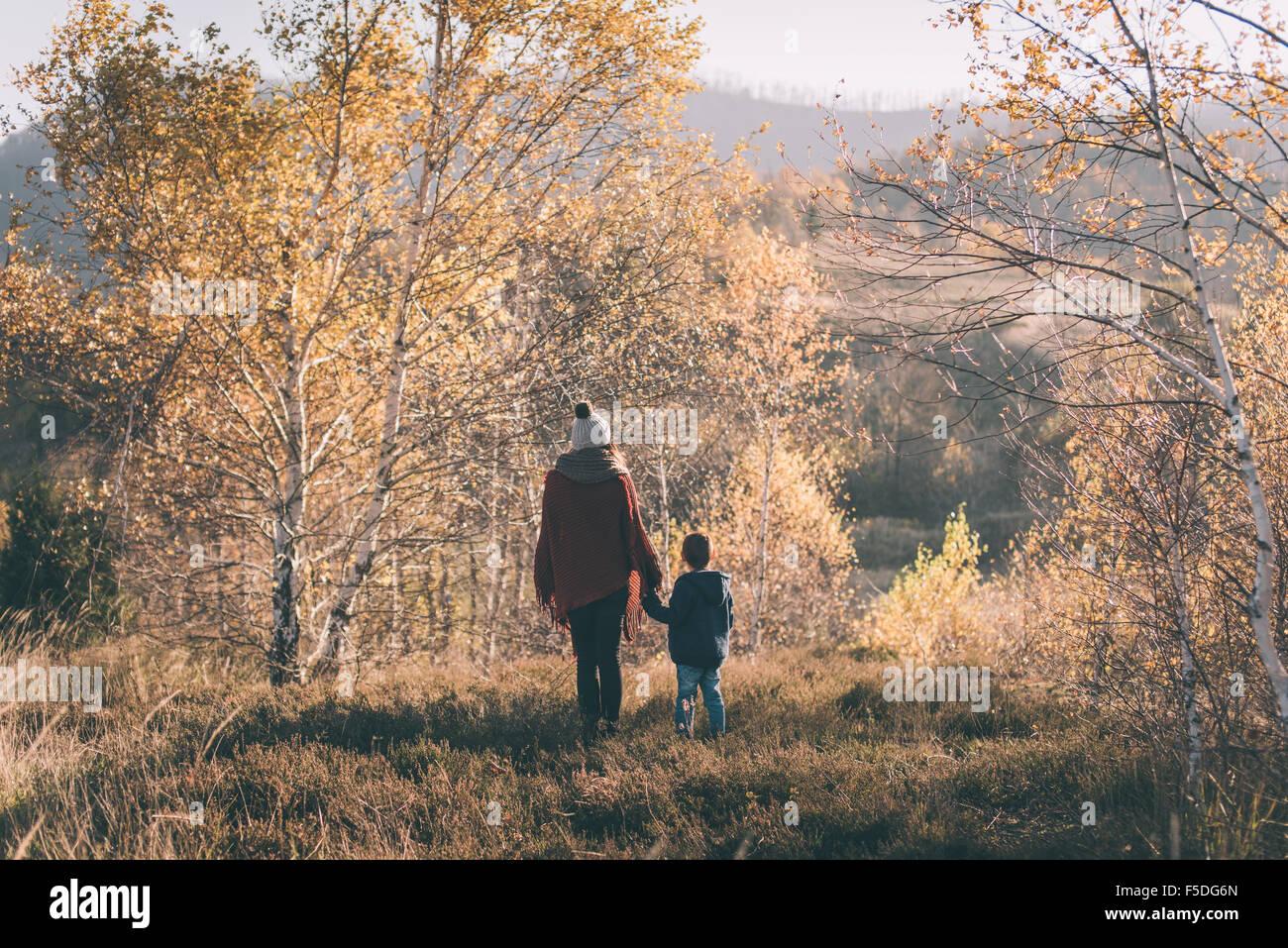 Mulher e o seu filho na natureza. Imagens de Stock