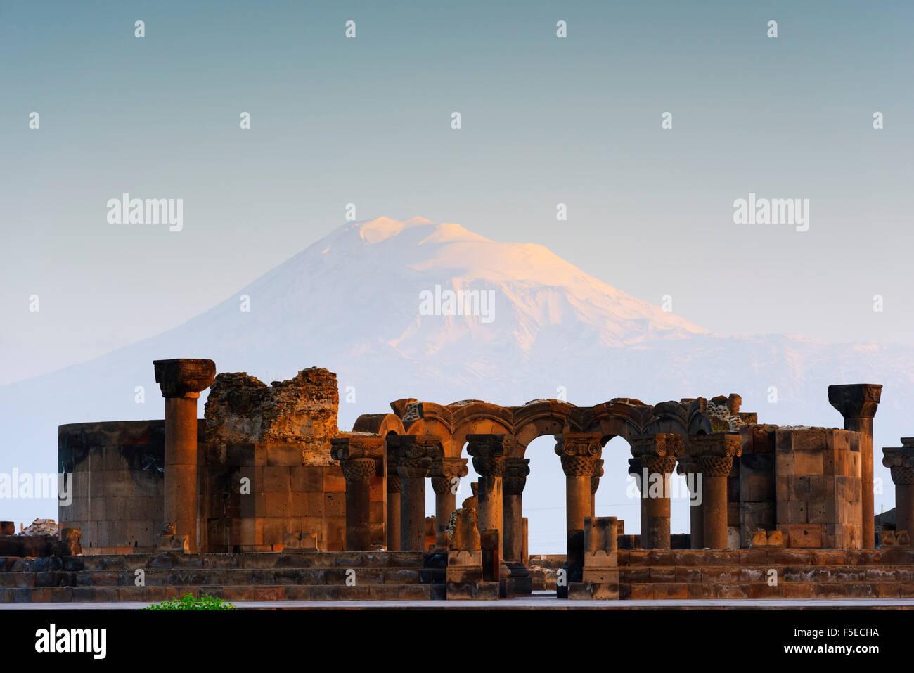 Arqueológico Zvartnots Ruína arqueológica, Local de Património Mundial da UNESCO, Monte Ararat Imagens de Stock