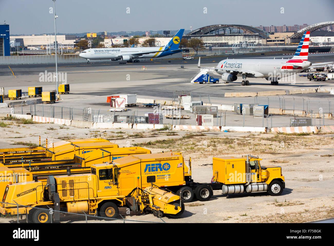 Aeroporto Jfk : Caminhões de limpeza de neve no aeroporto jfk em nova york eua foto