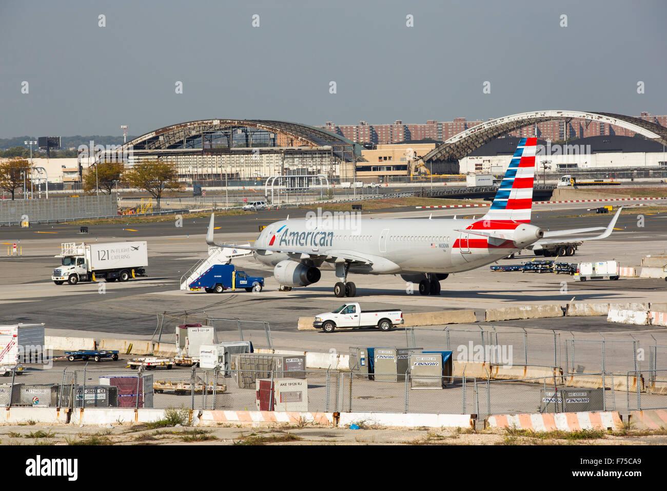 Aeroporto Jfk : Um avião e restos de veículo no aeroporto jfk em nova york eua foto
