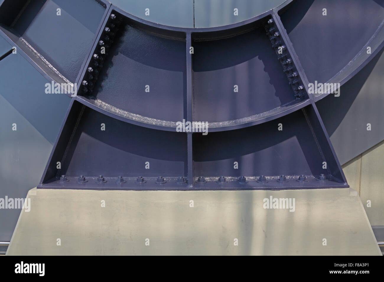 Engenharia de fabricação com uma estrutura de aço fixado a uma base concreta com muitos parafusos Imagens de Stock