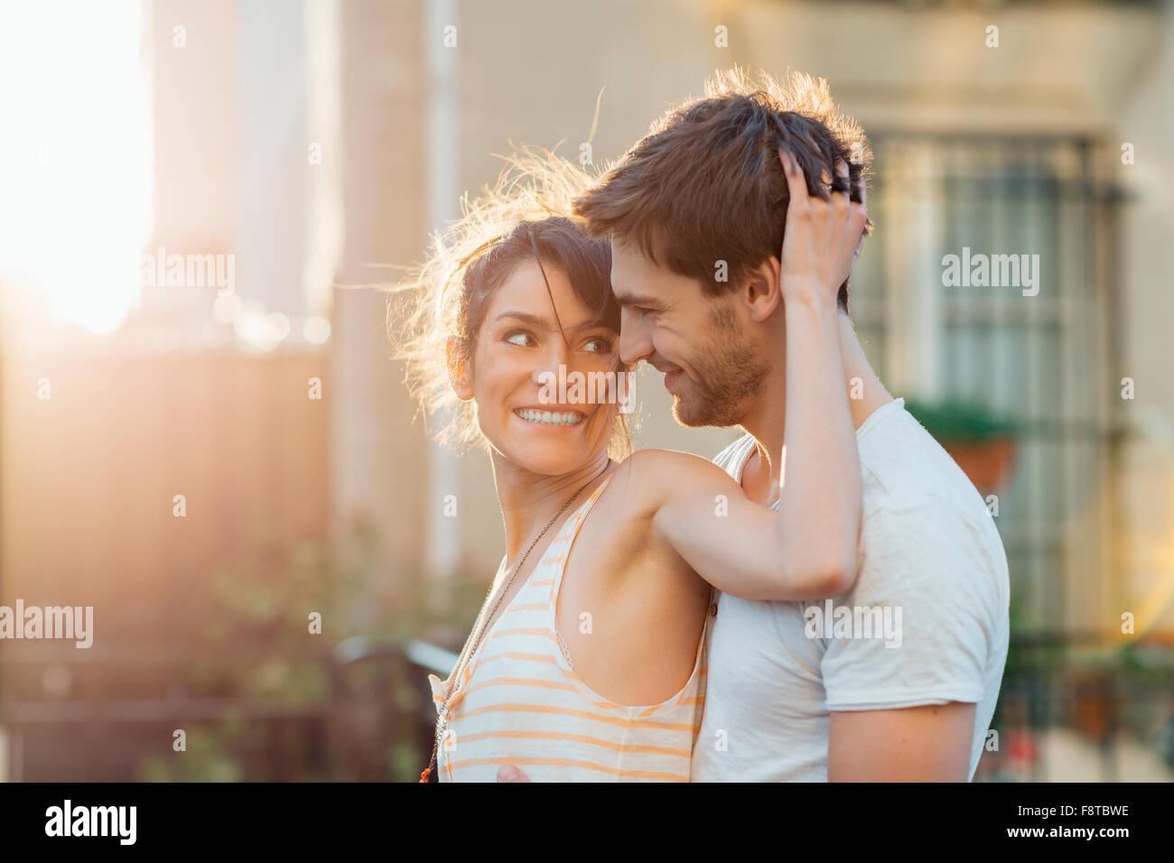 Casal namoro em Paris Imagens de Stock