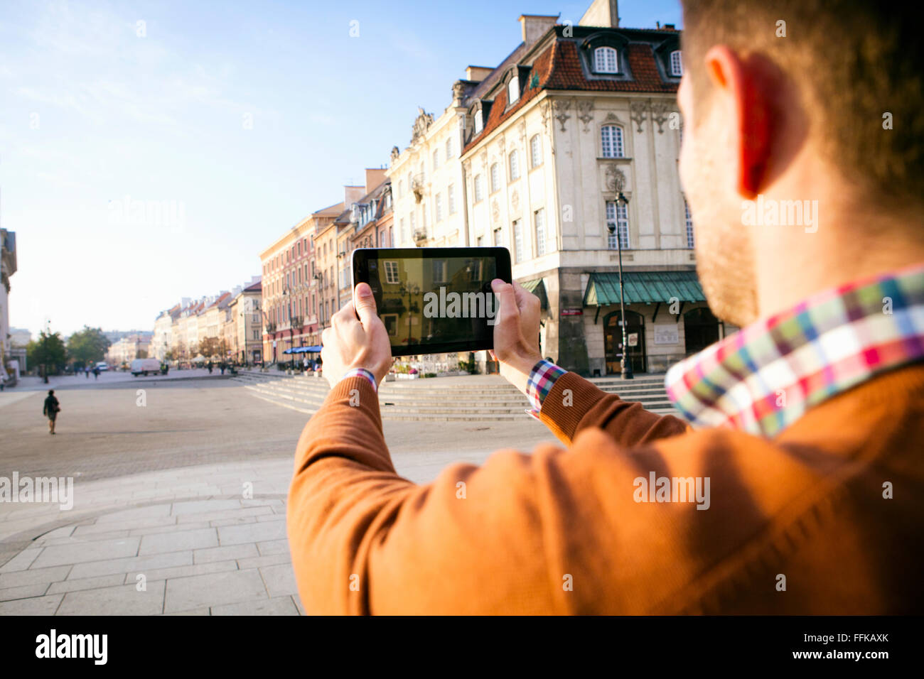 O homem numa pausa na cidade de tirar uma foto com telefone smart Imagens de Stock