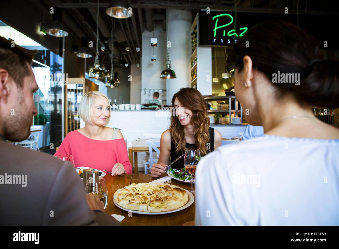 Grupo de amigos celebrar no restaurante Imagens de Stock
