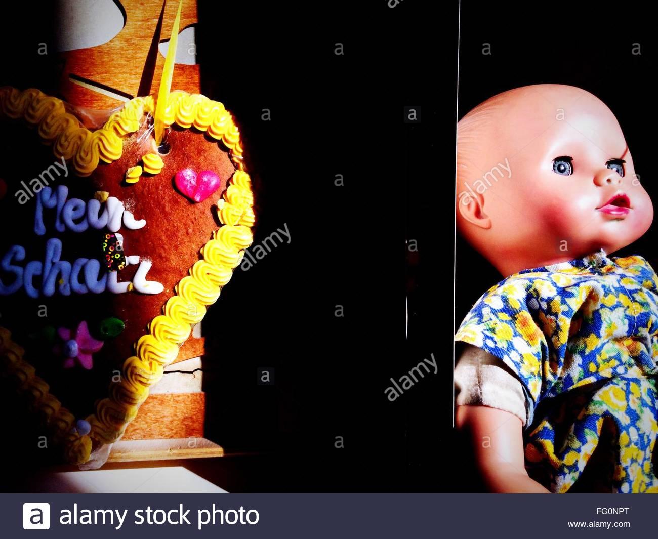Ampliada de uma boneca sobre fundo preto Imagens de Stock