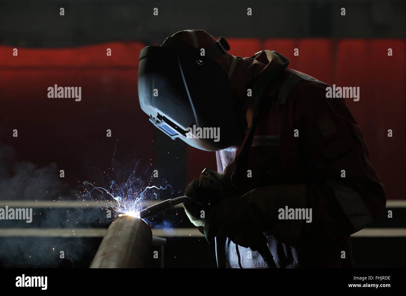 Um soldador soldadura MIG em uma fábrica em Stockton-On-Tees, Reino Unido. Imagens de Stock
