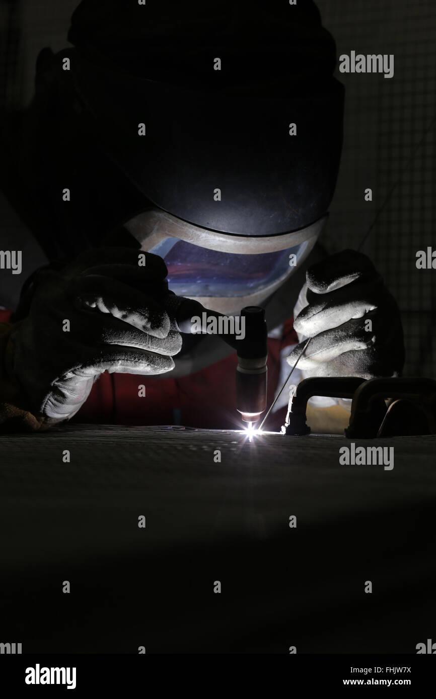 Um soldador soldadura em alumínio em uma fábrica em Stockton-On-Tees, Reino Unido. Imagens de Stock