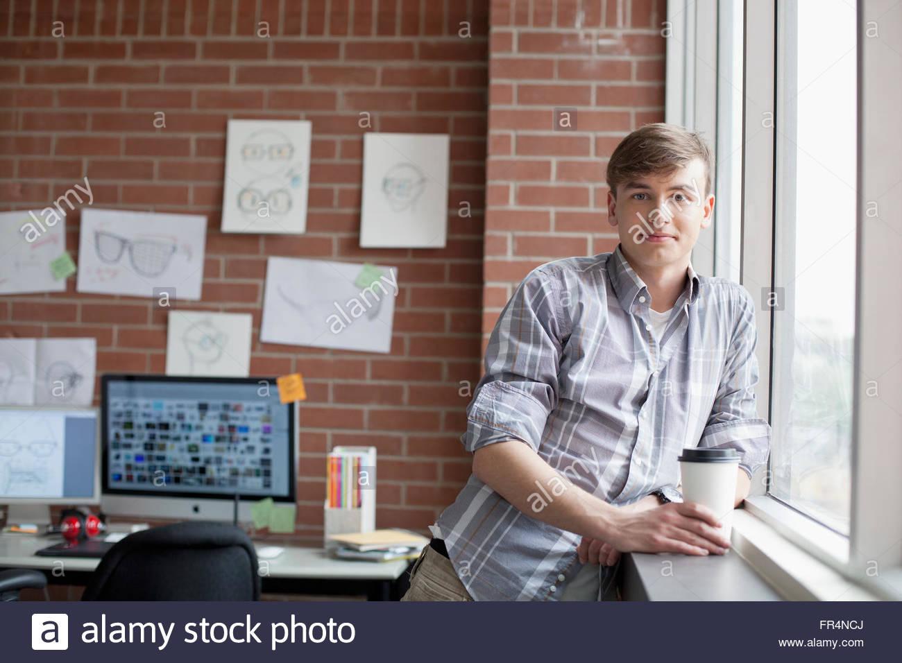 Os jovens do sexo masculino, designer industrial no Studio Imagens de Stock