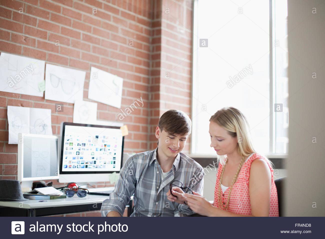 Os jovens adultos, colegas de projetar juntos Imagens de Stock