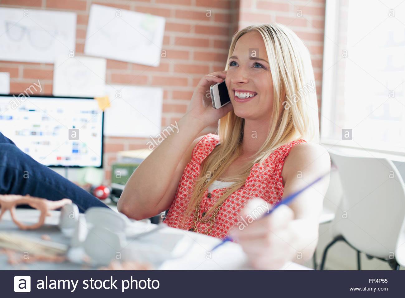 Bonito, designer industrial do sexo feminino trabalhando no escritório Imagens de Stock