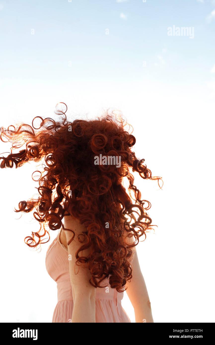 Mulher ruiva de cabelos encaracolados rodando Imagens de Stock